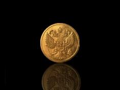 Сувенирная монета с изображением герба России.